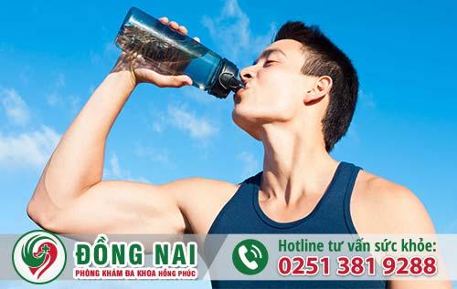 Uống nhiều nước để ngăn ngừa tiểu buốt ra máu